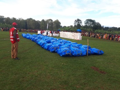 Des volontaires de la Croix-Rouge se préparent à distribuer des abris et des articles non alimentaires (ANA) aux personnes dans le besoin. Photo : OIM 2019