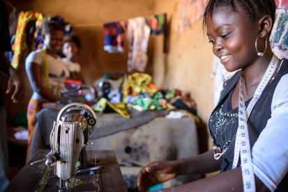 Dans la Tshopo, des centaines de jeunes  filles ont bénéficié de programmes d'autonomisation, cependant il reste encore beaucoup à faire. OCHA/Ramon Sanchez