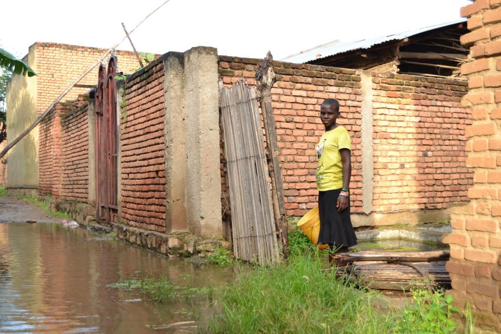 Umwana w'umwigeme agire avome amazi adengera azananye ikiyaga ca Tanganyika ©OCHA Burundi/A.Ndayiragije