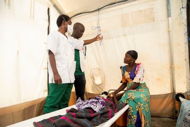 Abarwayi bavugwa n'abaganga bakora mw'ishirahamwe ry'abaganga batagira imbibe (MSF) be n'abaforoma mu kigo kijejwe kurwanya cholera c'i Bujumbura © Evrard Ngendakumana. Burundi, novembre 2019.