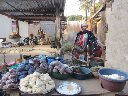 A grant allowed shopkeeper Blanche to replenish her stocks and offer her customers a more varied selection of goods. ©OCHA/Anita Cadonau, Bangui, CAR, 2020.
