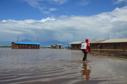 Un agent de la Croix-rouge burundaise désinfecte les lieux et les eaux stagnantes à Gatumba, dans la province de Bujumbura Rural. Photo : © OCHA 2020/Lauriane Wolfe
