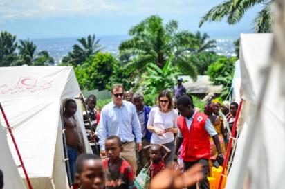 David Carden, directeur adjoint d'OCHA pour l'Afrique de l'Ouest et du Centre, visite les personnes déplacées sur le site de réinstallation de Winterekwa où 3 740 personnes ont perdu leur maison et leurs récoltes à cause des pluies torrentielles et des vents violents en décembre 2019. OCHA 2020/Lauriane Wolfe