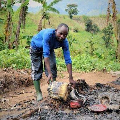 Un civil congolais constatant ce qui reste de sa maison après des violences. OCHA/ T. Ripani