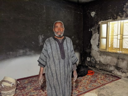 محمد في الغرفة الوحيدة التي لا تزال قائمة وسط الدمار الذي لحق بمنزله (مكتب الأمم المتحدة لتنسيق الشؤون الإنسانية/جينيفر بوزا رتكا)