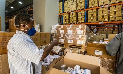 فريق صحي يتفقد ويرسل الإمدادات الطبية من الصندوق القومي للإمدادات الطبية في السودان (برنامج الأمم المتحدة الإنمائي في السودان /و ويل سيل)