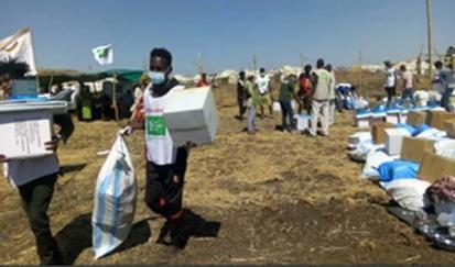 المتطوعون المجتمعيون يساعدون في توزيع المواد غير الغذائية ودعم الأشخاص ذوي الاحتياجات الخاصة في حمل المواد إلى خيامهم (دويتشه)