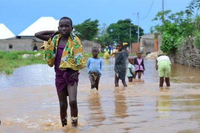 Des enfants traversent les eaux à la suite des inondations de Gatumba ©OCHA Burundi