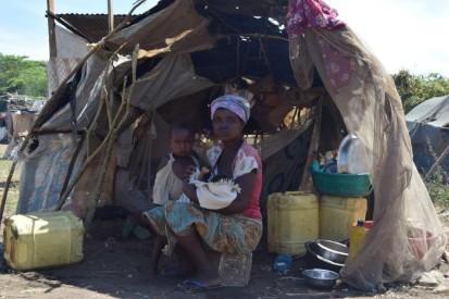 Umwe ubahunze imyuzurira arikumwe n'umwana wiwe akivuka munkambi ya Kigaramango mu Gatumba intara ya Bujumbura  © UNHCR 2020/Bernard Ntwari