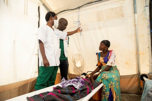 Patients are cared for by MSF and public health staff in a treatment centre in Bujumbura © Evrard Ngendakumana. Burundi, November 2019