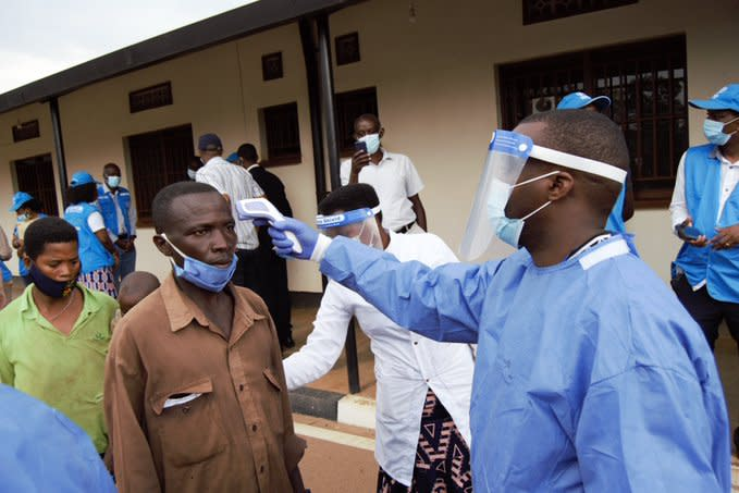 Health workers scan and check for symptoms of COVID-19 among the 485 Burundian returnees that arrived last Thursday 27 August, from Mahama refugee camp in Rwanda to Burundi.  © UNHCR 2020/Bernard Ntwari
