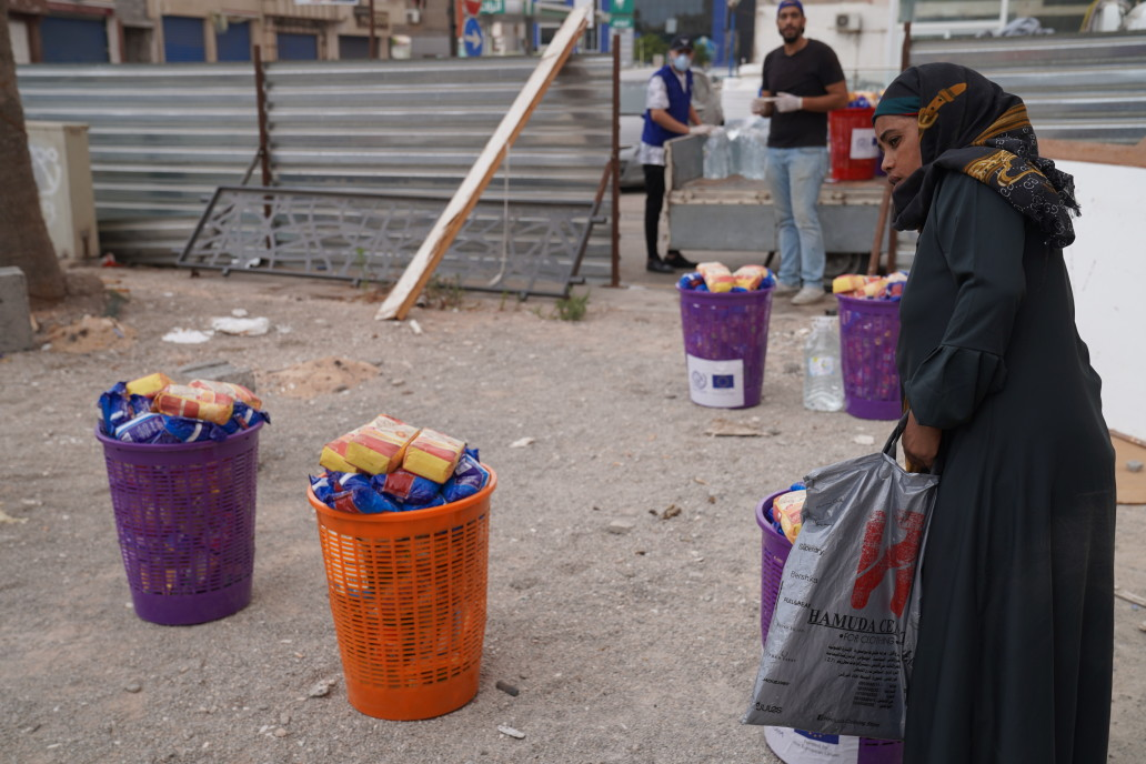 IOM designed special food basket for migrants affected by COVID-19 related restrictions in urban areas. (Majdi El Nakua/IOM Libya)