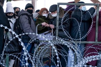 Люди стоят в очереди, чтобы пересечь «линию разграничения» на востоке Украины.