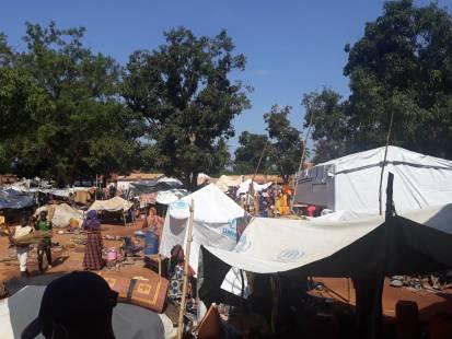 Des déplacés dans l'enceinte de la mosquée à Bambari, Préfecture de la Ouaka. ©HCR/Hyppolyte Togogo, RCA, juin 2021.
