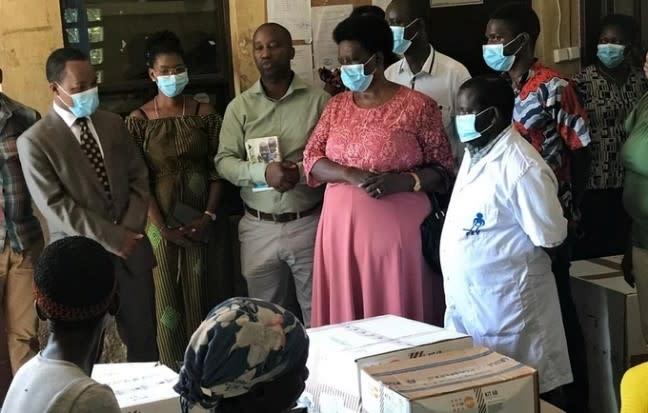 Le UNFPA fait don d'équipements de protection individuelle et de kits de santé reproductive à l'Association burundaise des sages-femmes d'État (ABUSAFE). © UNFPA Burundi/2020