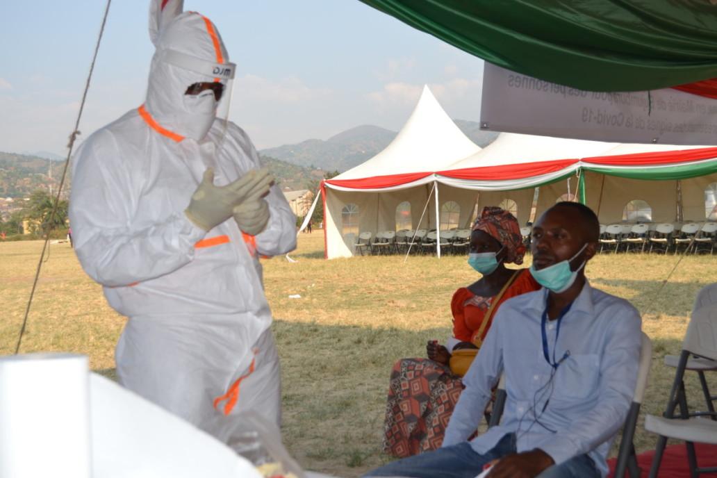 Dépistage de COVID-19 par le personnel de Equipe d'intervention rapide, EIR, au terrain de l'ETS Kamenge, ©OCHA Burundi/Annick juillet 2020