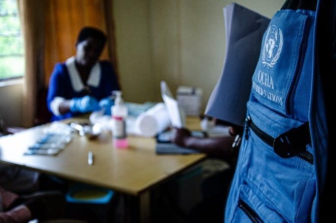 Aimé Saba, spécialiste de la coordination Ebola pour OMS Burundi, attend son tour pour se faire vacciner contre Ebola. OCHA 2019 /Lauriane Wolfe