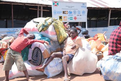 Enfants rapatriés de Tanzanie, accueillis au centre de transit de Songore, avant de repartir en bus vers leur province d'origine - © Photo : OCHA / Dama Bizimana