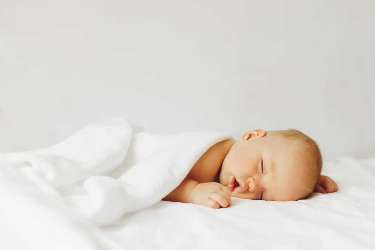 Baby sleeps on the bad.