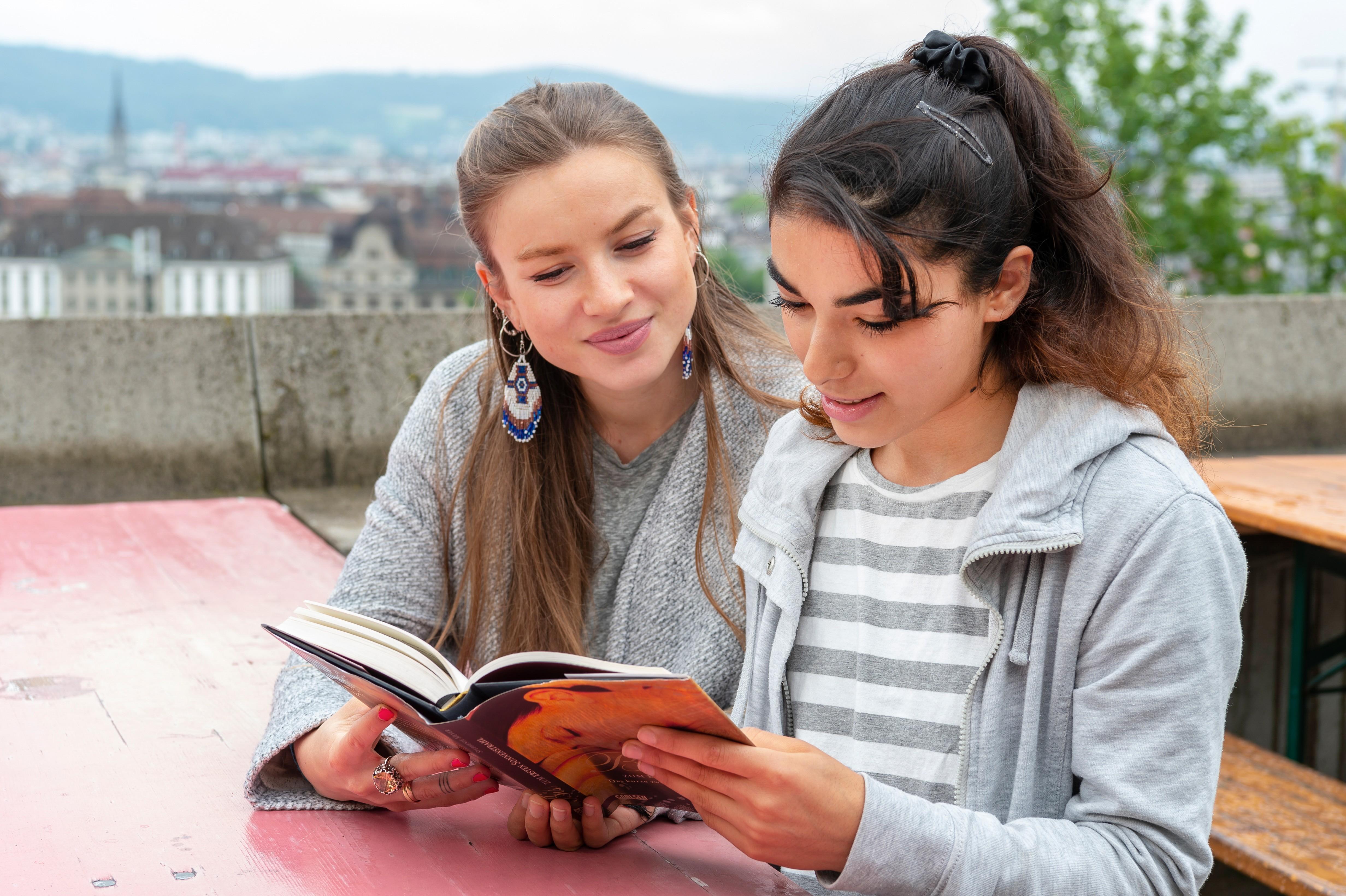 Zwei Mädchen lesen gemeinsam ein Buch