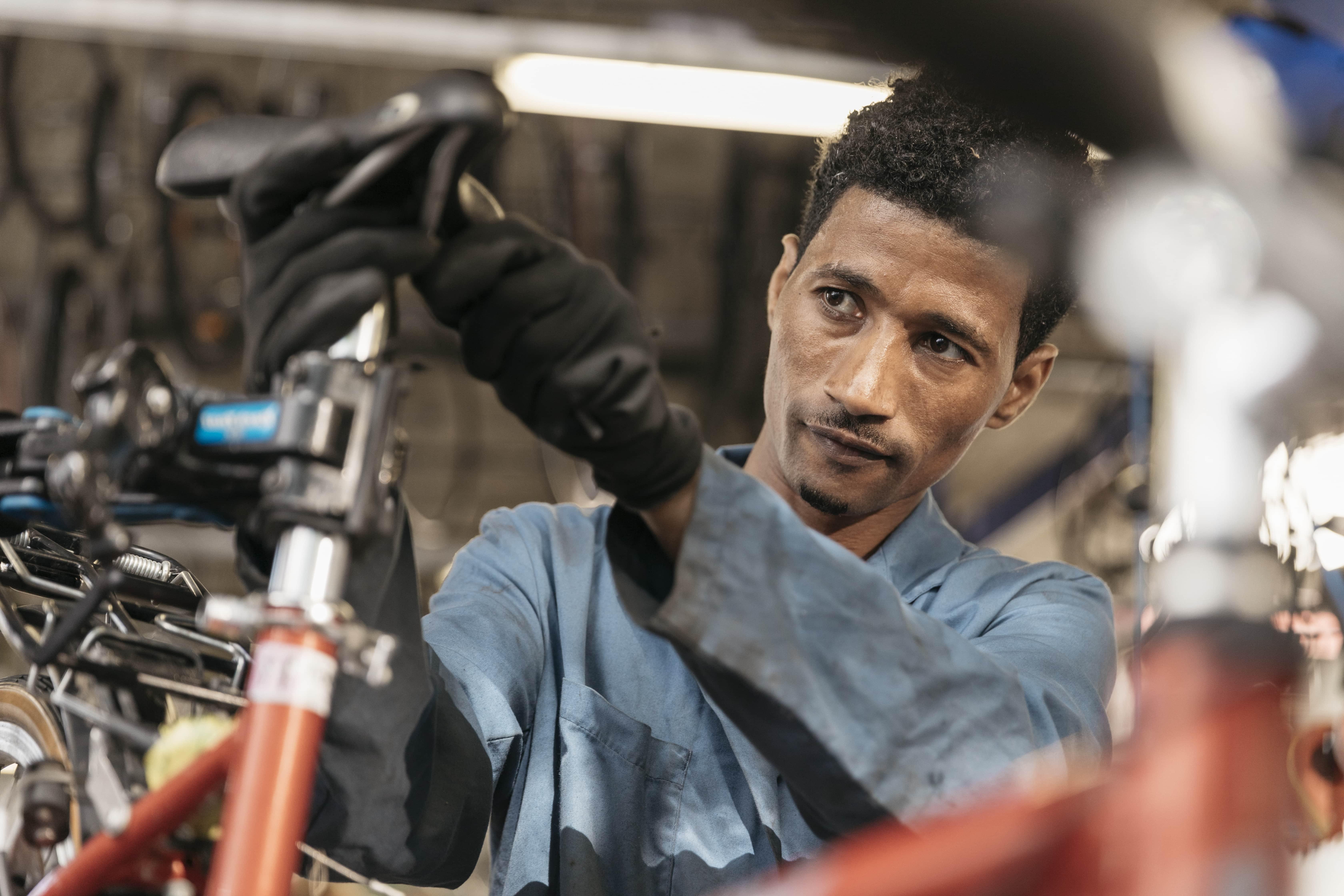 Ein Mann repariert ein Fahrrad