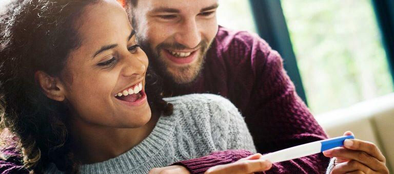 妊娠検査の結果に喜ぶカップル