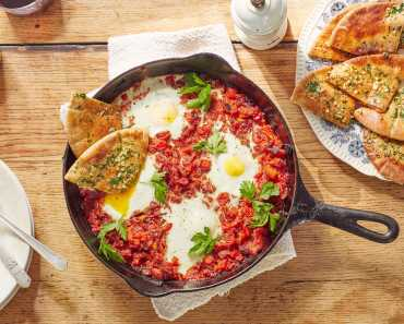 shakshuka with garlic pita bread
