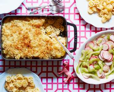 macaroni and cheese with crunchy salad