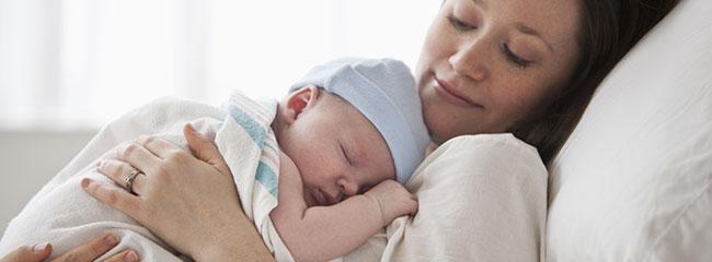 Mère apaisée nouveau-né bébé