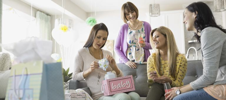 Maman déballant des cadeaux pendant une Baby Shower