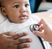 Bébé souffrant de pneumonie examiné au stéthoscope