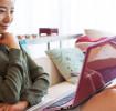 Femme utilisant l'ordinateur