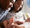Parents souriant à leur bébé à la maternité