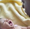 Bébé en pleurs à cause de muguet dans sa bouche