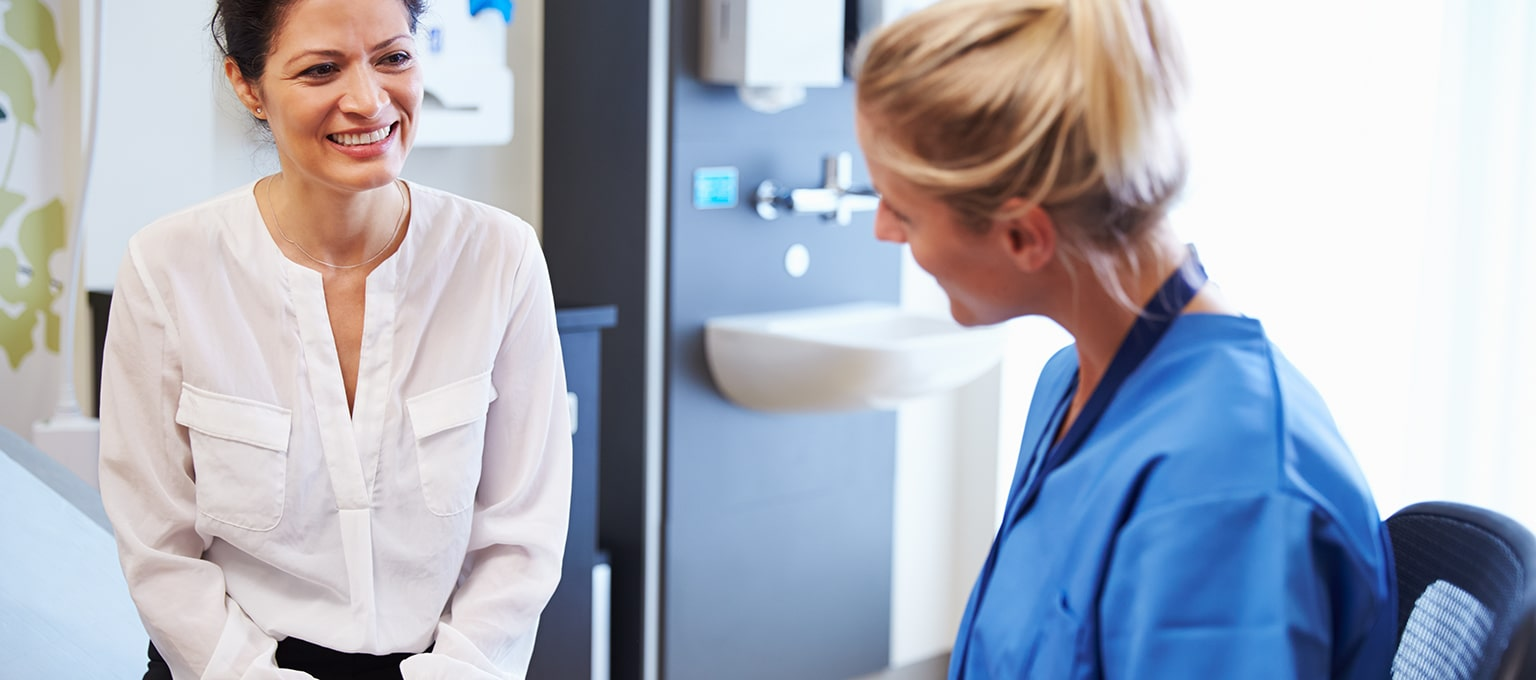 Femme discutant avec un docteur d'une biopsie du trophoblaste