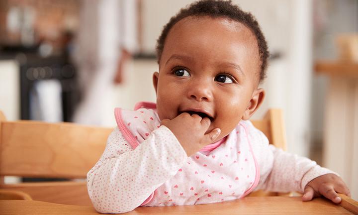 Enfant avec les doigts dans la bouche