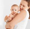 Mère tenant son bébé dans les bras