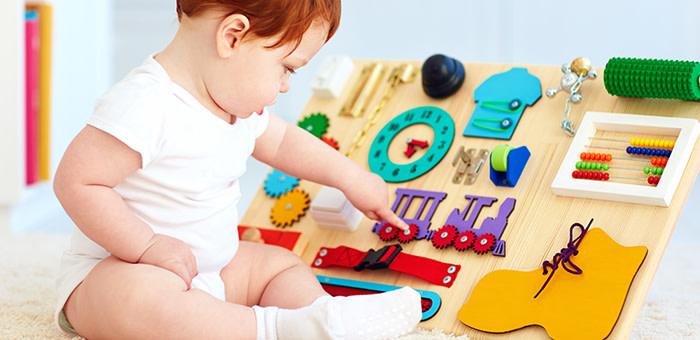 Un bébé en train de jouer