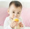 bébé buvant de l'eau