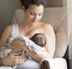 Mère allaitant son nouveau-né