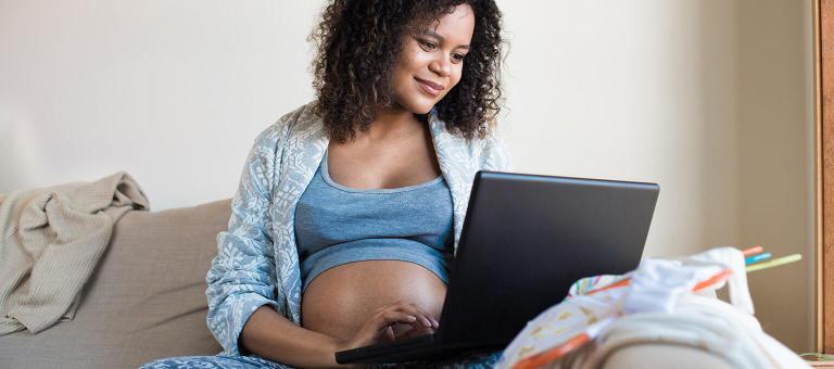Femme enceinte consultant un projet de naissance