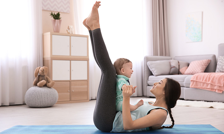 Une mère faisant du sport avec son bébé