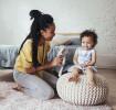 Une mère jouant avec son enfant