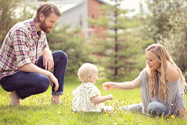 Parents et bébé dans un jardin