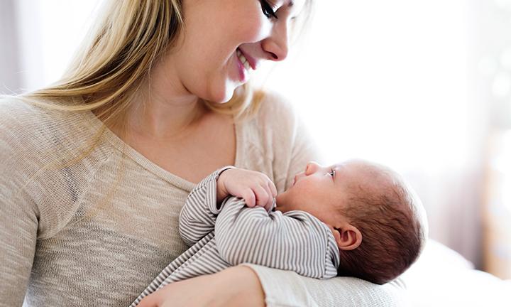 À quel âge bébé tient sa tête droite ?