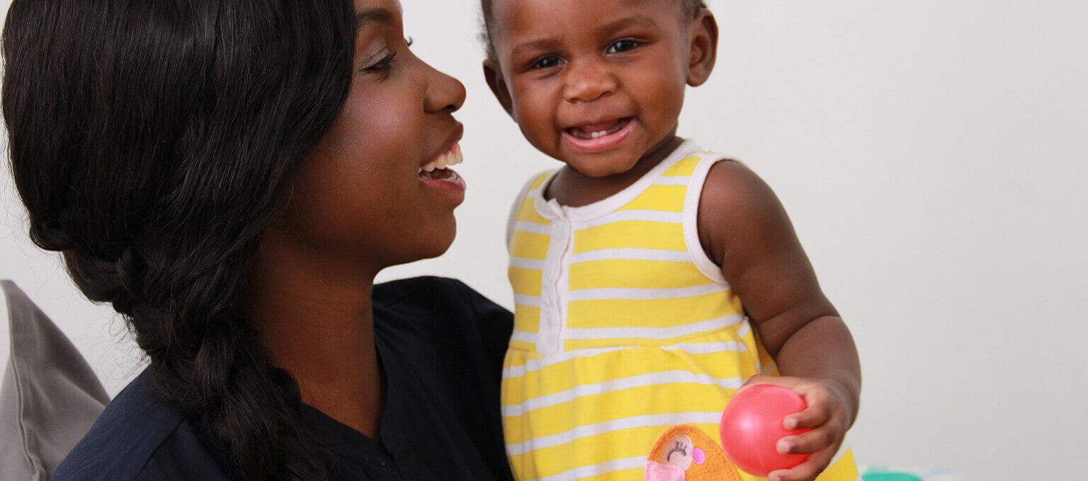 Maman souriant à son bébé présentant ses premières dents de lait