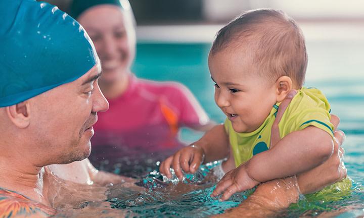 Un bébé à la piscine