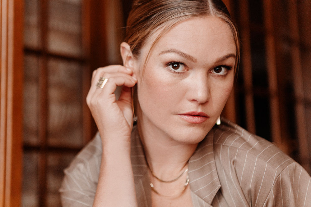 Of Course Julia Stiles Swears By This Into The Gloss