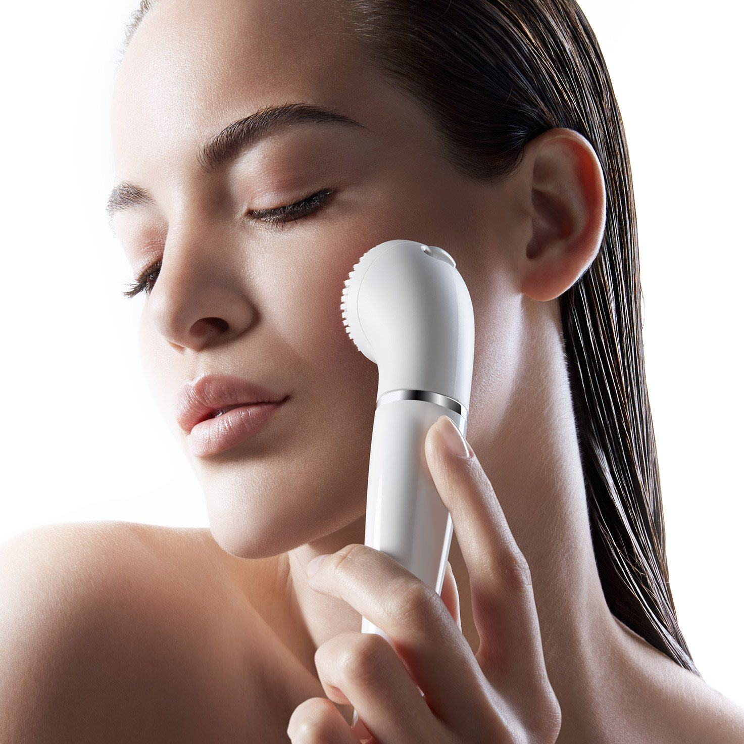Braun Face 830 Premium Edition - facial epilator & facial cleansing brush with micro-oscillations - in use