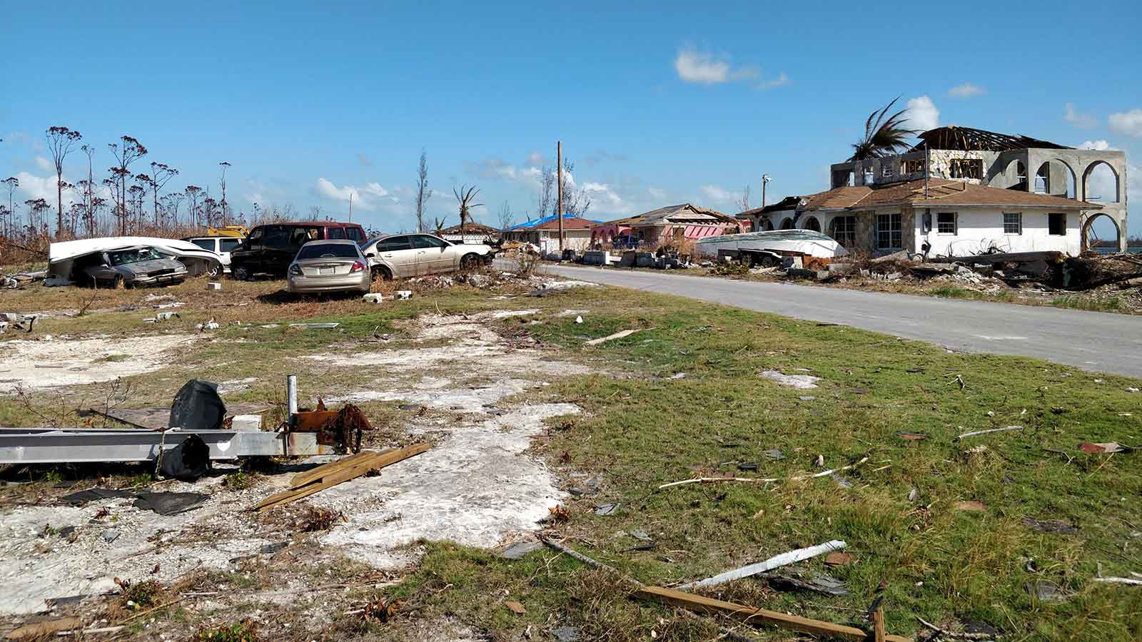 Damage-to-houses-and-cars-after-a-hurricane